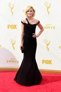 Julie Bowen con un vestido negro de escote asimétrico de Georges Chakra.