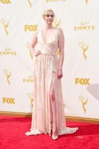 """Gwendoline Christie de """"Game of Thrones"""" con un vestido con estampado rosa pálido de la firma Giles."""