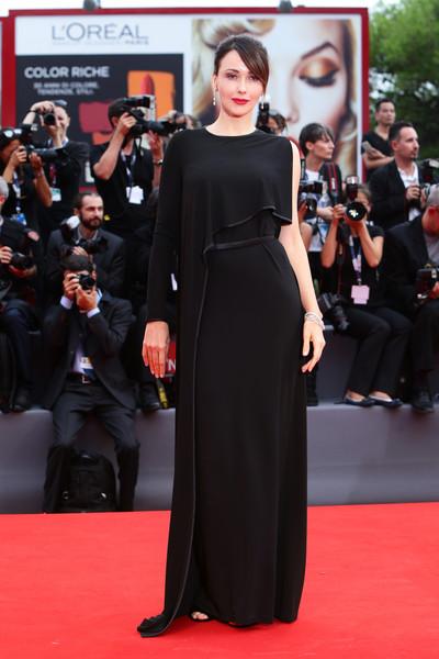 Anita Caprioli con un vestido negro de corte asimétrico de Givenchy.