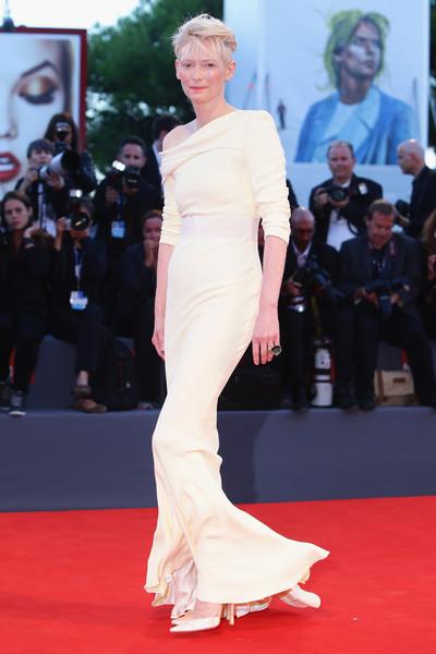 Tilda Swinton con un vestido en color crudo de Haider Ackermann.