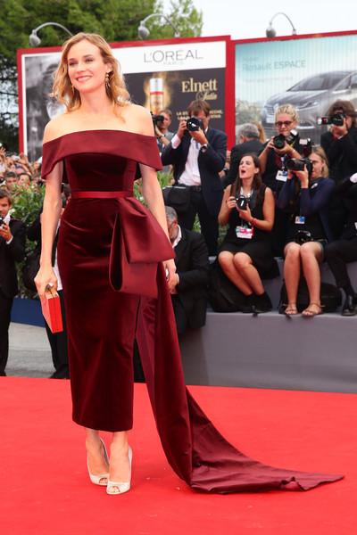 Diane Kruger con un vestido de terciopelo granate de BOSS.