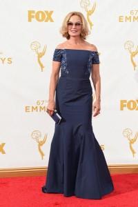 Jessica Lange con un vestido azul marino con escote barco del diseñador J. Mendel.