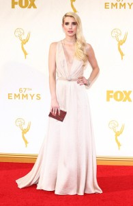 Emma Roberts con un escotado vestido rosa pálido de la diseñadora Jenny Packham.