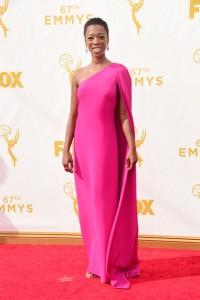 "Samira Wiley de ""Orange is the new black"" con un vestido fúcsia de la diseñadora Jill Stuart."