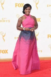 """Uzo Aduba ganadora de un premio por """"Orange is the new black"""" con un vestido rosa y azul de Jonathan Cohen."""