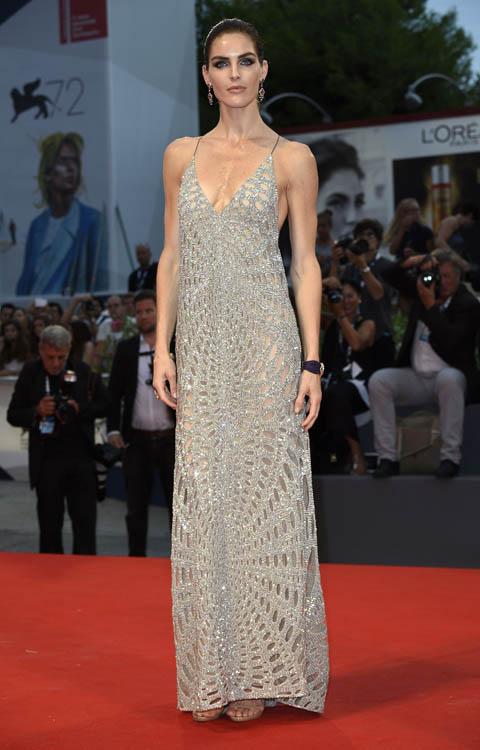 Hilary Rodha con un vestido plateado de KaufmanFranco.
