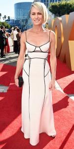 Robin Wright con un vestido blanco de KaufmanFranco.