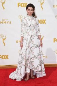 Emily Robinson con un vestido blanco con estampado dorado y rosa de Kayat Spring 2015.
