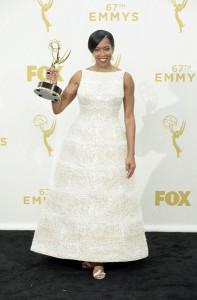 """Regina King ganadora de un premio por """"American Crime"""" con un vestido blanco con perlas de corte princesa de Krikor Jabotian."""