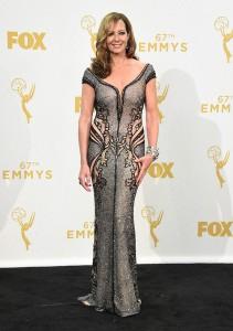 """Allison Janney ganadora del premio a la mejor actriz de reparto en una comedia por """"Mom"""" con un vestido gris plateado con estampado transparente de La Bourjoise."""