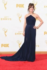 """Felicity Hoffman nominada por """"American Crime"""" con un vestido azul oscuro de cuello halter de Laura Basci."""
