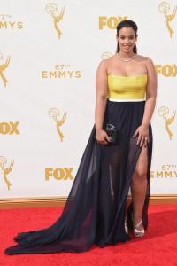 """Dascha Polanco de """"Orange is the new black"""" con un vestido bicolor de la diseñadora Leanne Marshall."""