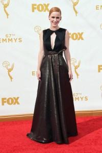 """Rachel Brosnahan de """"House of Cards"""" con un vestido negro y dorado oscuro de Lie Sang Bowg."""
