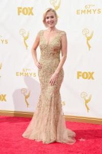 """Penelope Ann Miller de """"American Crime"""" con un vestido con transparencias de Lorena Sarbu."""