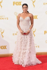 """Gina Rodriguez de """"Jane The Virgin"""" con un vestido blanco de Lorena Sarbu Fall 2015."""