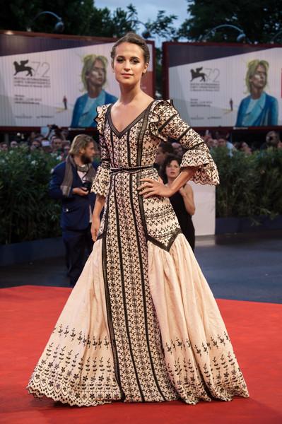 Alicia Vikander con un vestido estampado de media manga de Louis Vuitton.