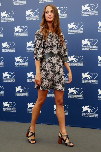 Alicia Vikander con un vestido corto estampado de Louis Vuitton Resort 2016.