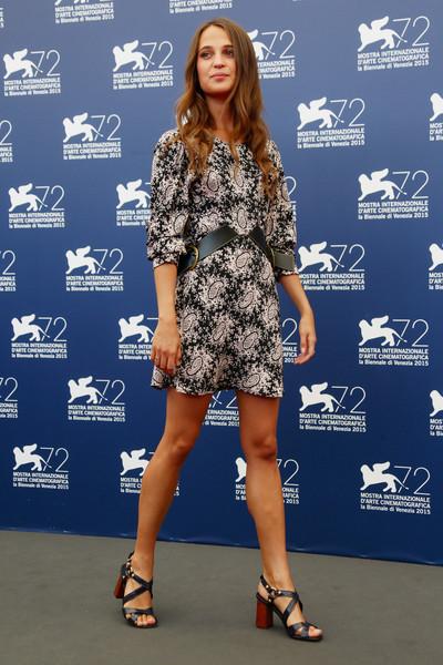 Alicia Vikander con un vestido corto estampado de Louis Vuitton Resort 2016.