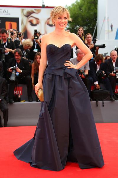 Radha Mitchell con un vestido de corte princesa de la firma Marchesa.