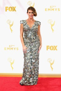 Amy Landecker con un vestido plateado y dorado de la firma Marchesa.