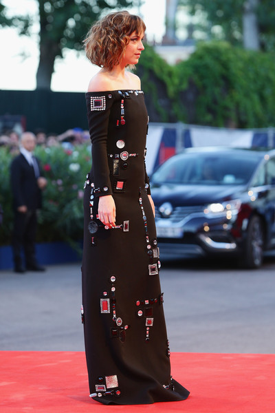 Dakota Johnson con un vestido negro con aplicaciones de Marc Jacobs Resort 2016.