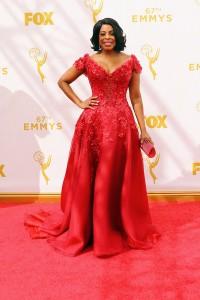 """Niecy Nash de """"The Soul Man"""" y """"Scream Queens"""" con un vestido rojo de corte princesa de Mark Zunino."""