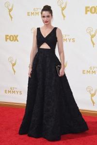 Amanda Peet con un vestido negro de corte princesa de Michael Kors Pre-Fall 2015.