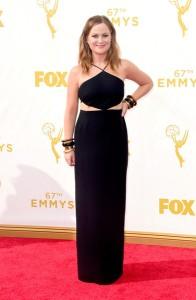 """Amy Poehler nominada por """"Parks And Recreation"""" con un vestido negro de cuello halter de Michael Kors Resort 2016."""