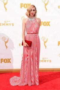 """Zoe Kazan de """"Olive Kitteridge"""" con un vestido de rallas rojas y blancas de la firma Miu Miu."""