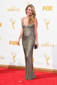 Cat Deely mostrando su embarazo con un vestido dorado de Monique Lhuillier Fall 2015.