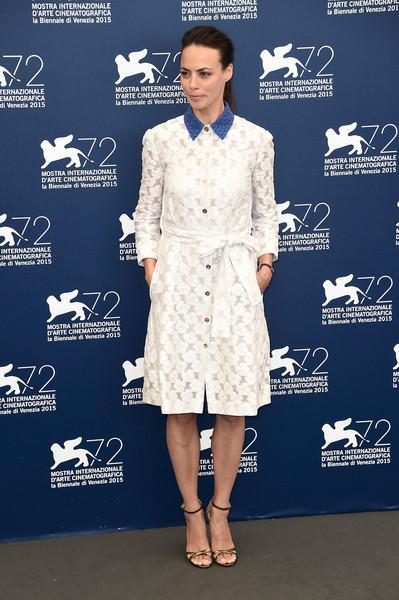 Berenice Bejo con un vestido blanco con cuello azul de Monique Lhuillier Resort 2016.