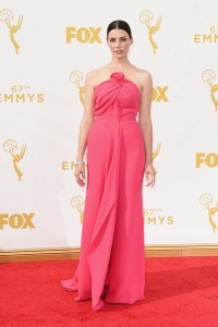 """jessica Paré de """"Mad Men"""" con un vestido rosa de la firma Monse."""