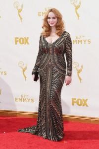 "Christina Hendricks de ""Mad Men"" con un vestido negro con incrustaciones doradas de Naeem Khan Fall 2015."