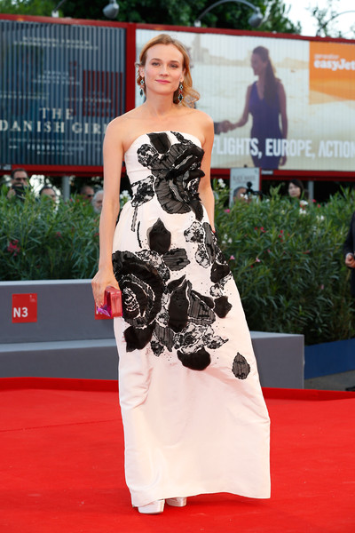 Diane Kruger con un vestido blanco con estampado floral negro de Oscar de la Renta Fall 2015.