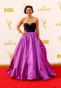 """Maggie Gyllenhaal nominada por """"The Honourable Woman"""" con un elegante vestido de corte princesa de cuerpo negro y falda morada de Oscar de la Renta Fall 2015."""