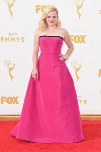 """Elisabeth Moss de """"Mad Men"""" con un vestido rosa de corte princesa de Oscar de la Renta Resort 2016."""