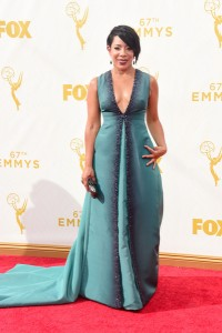 """Selenis Leyva de """"Orange is the new black"""" con un vestido azul claro de Pamella Roland."""