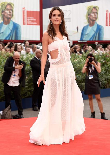Alessandra Ambrosio con un transparente vestido blanco de Philosophy di Lorenzo Serafini.