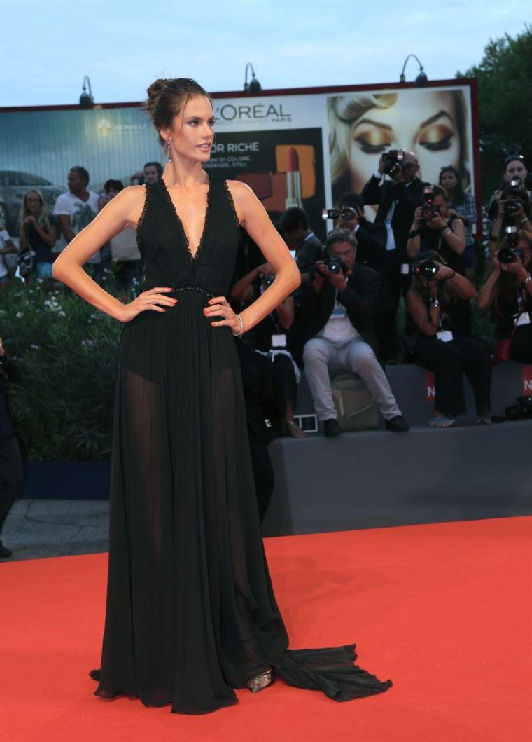 Alessandra Ambrossio con un vestido negro de Philosophy di Lorenzo Serafini.