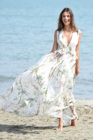 Alessandra Ambrosio con un vestido blanco estampado de Philosophy di Lorenzo Serafini.