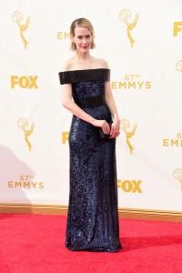 "Sarah Paulson nominada por ""American Horror Story"" con un vestido de paillettes negro y azul oscuro de Prabal Gurung."