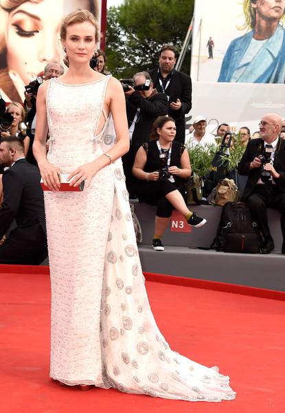 Diane Kruger con un elegante vestido blanco con cola de la firma Prada.