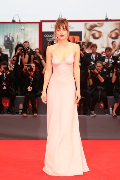 Dakota Johnson con un vestido de tirantes rosa pálido de la firma Prada.