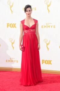 """Morena Baccarin de """"Gotham"""" con un vestido rojo de la firma Reem Acra."""