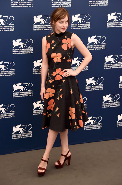 Dakota Johnson con un vestido negro con estampado floral naranja de Rodarte Fall 2015.