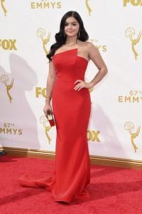 """Ariel Winter de """"Modern Family"""" con un vestido rojo de la diseñadora Romona Keveza."""