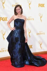 Kristen Schaal con un vestido azul y negro de la firma Rubin Singer.