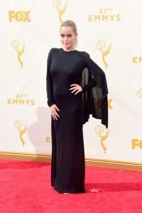 """Taryn Manning de """"Orange is the new black"""" con un poco afortunado vestido negro con capa corta de Rubin Singer."""