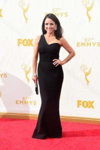 """Julia Louis-Dreyfus ganadora del premio a la mejor actriz cómica por """"Veep"""" con un vestido de escote asimétrico de SAFiYAA."""