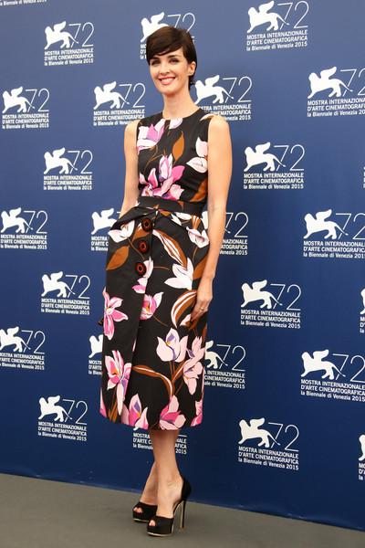 Paz Vega con un vestido estampado de Salvatore Ferragamo colección Resort 2016.